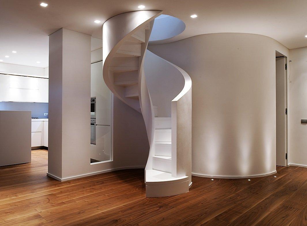 scala elicoidale in legno bianco