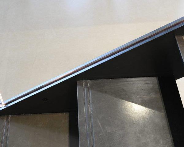 cala di design a giorno, a rampa dritta, realizzata con doppio fascione in ferro brunito.