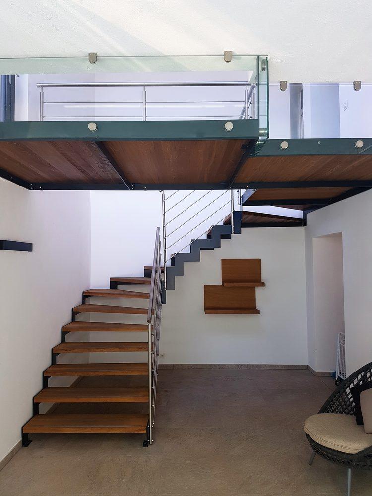 Scala di design in metallo e legno