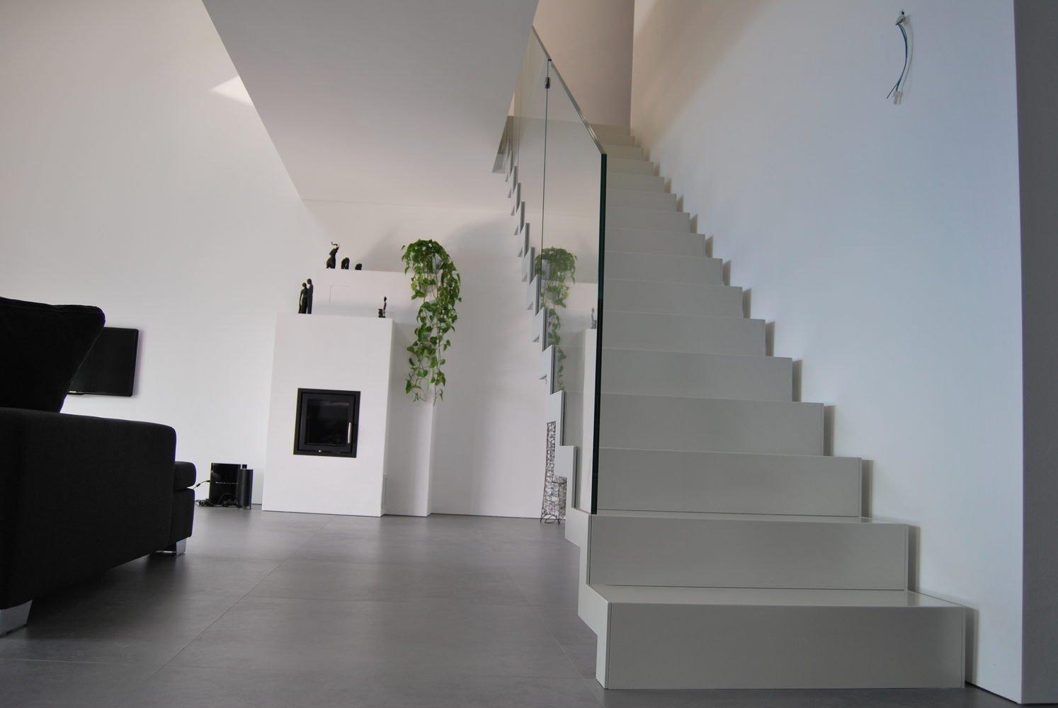 Dettaglio gradini bianchi con balaustra in vetro- scala scatolata bianca
