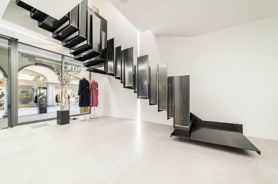 Dettaglio scala a giorno di design in metallo nero per negozio-commerciale