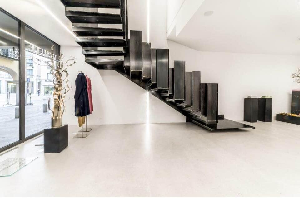 Scala a giorno di design in metallo nero per negozio