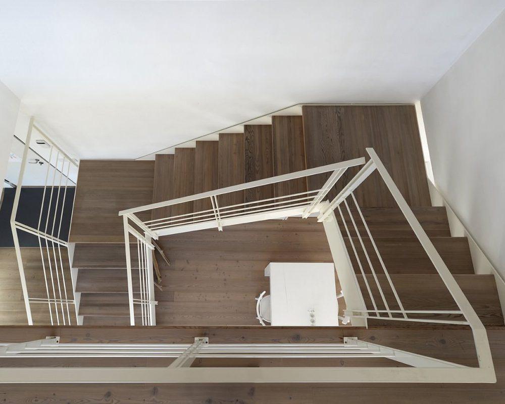 scala di design in legno di larice on ringhiera in ferro verniciato bianco