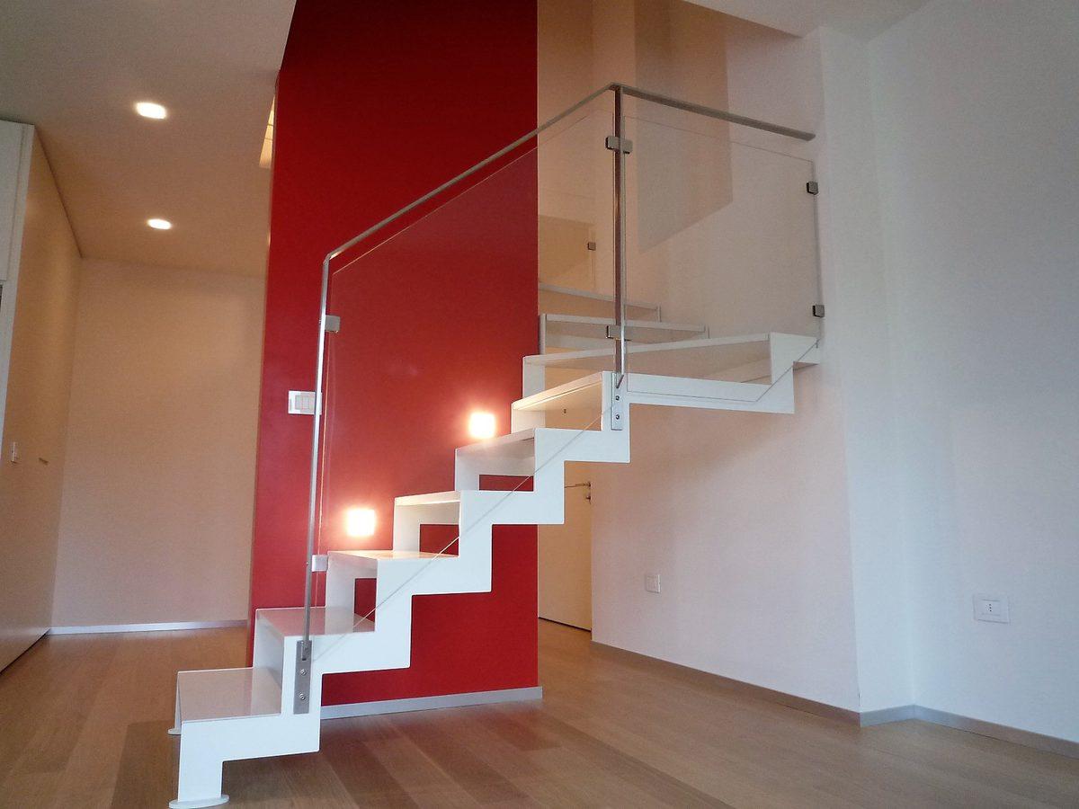 Scala di design bianca a giorno in metallo- vista laterale con balaustra in vetro