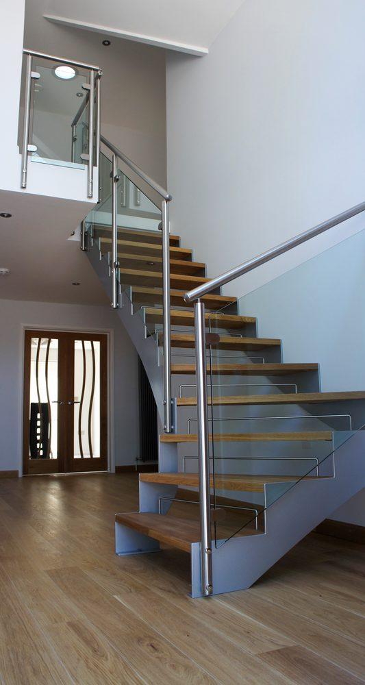 Scala in legno, metallo e vetro per interni con balaustra in metallo e vetro