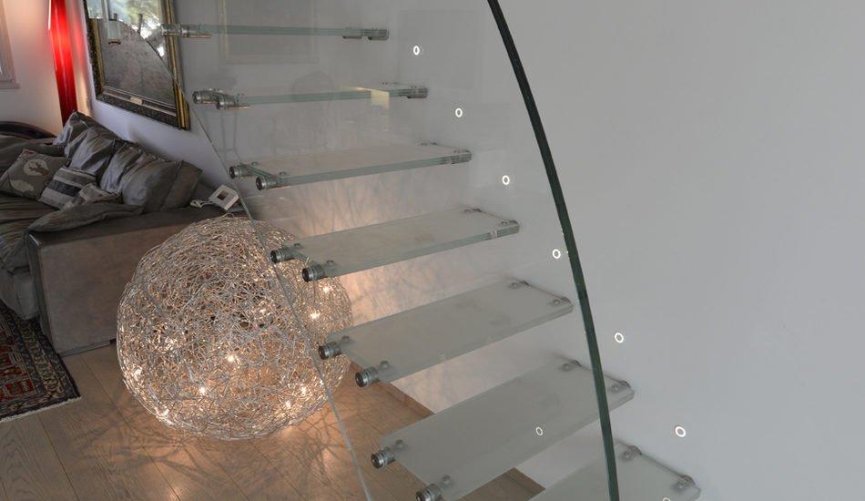Scala di design con gradini a sbalzo e ringhiera – in vetro extra-chiaro. a forma di onda con fissaggi in acciaio inox