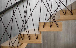 Dettaglio gradino a sbalzo in Rovere e corda - Hotel Tyrol - dettaglio