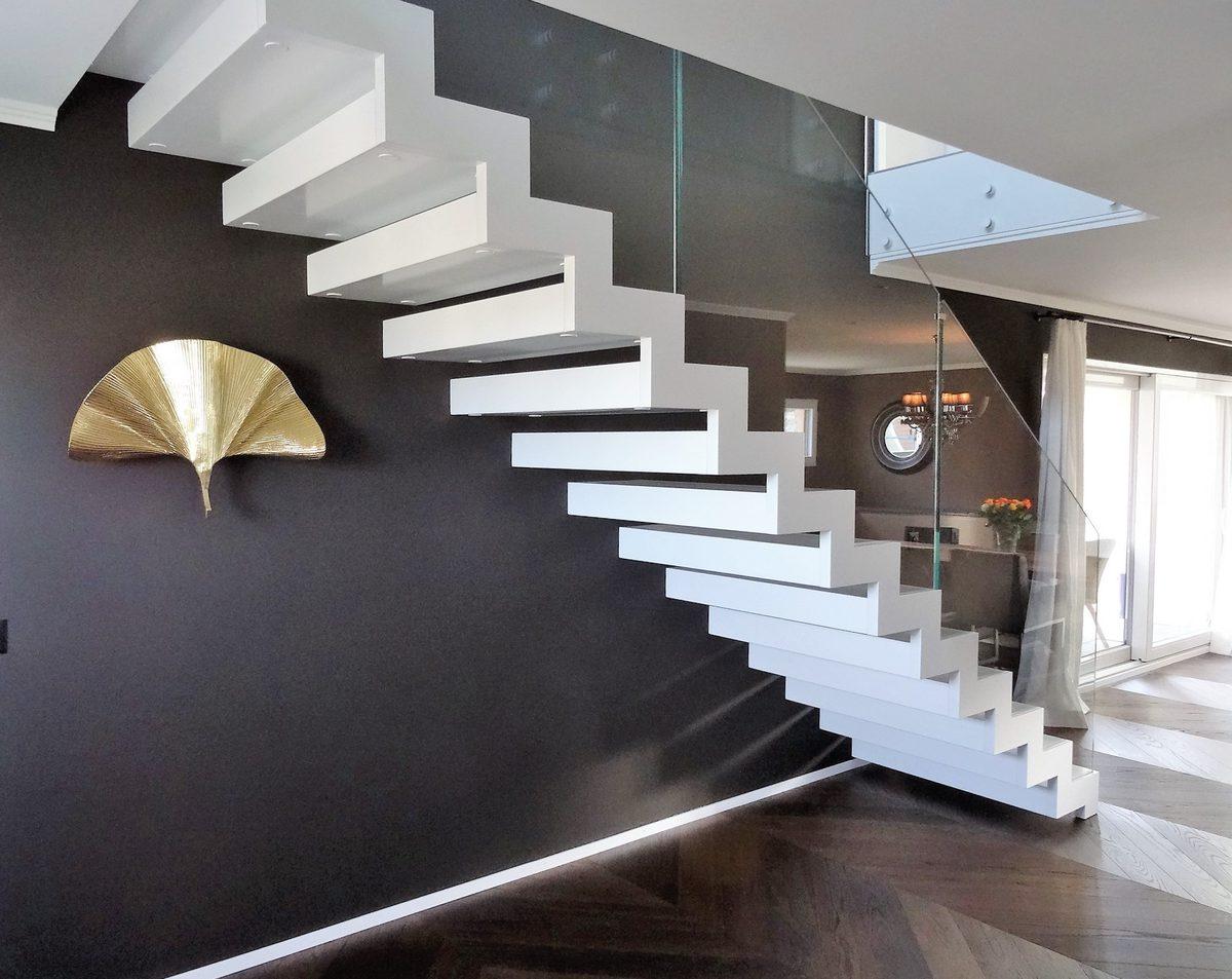 Particolare scala scatolata bianca di design per interni e balaustra in vetro