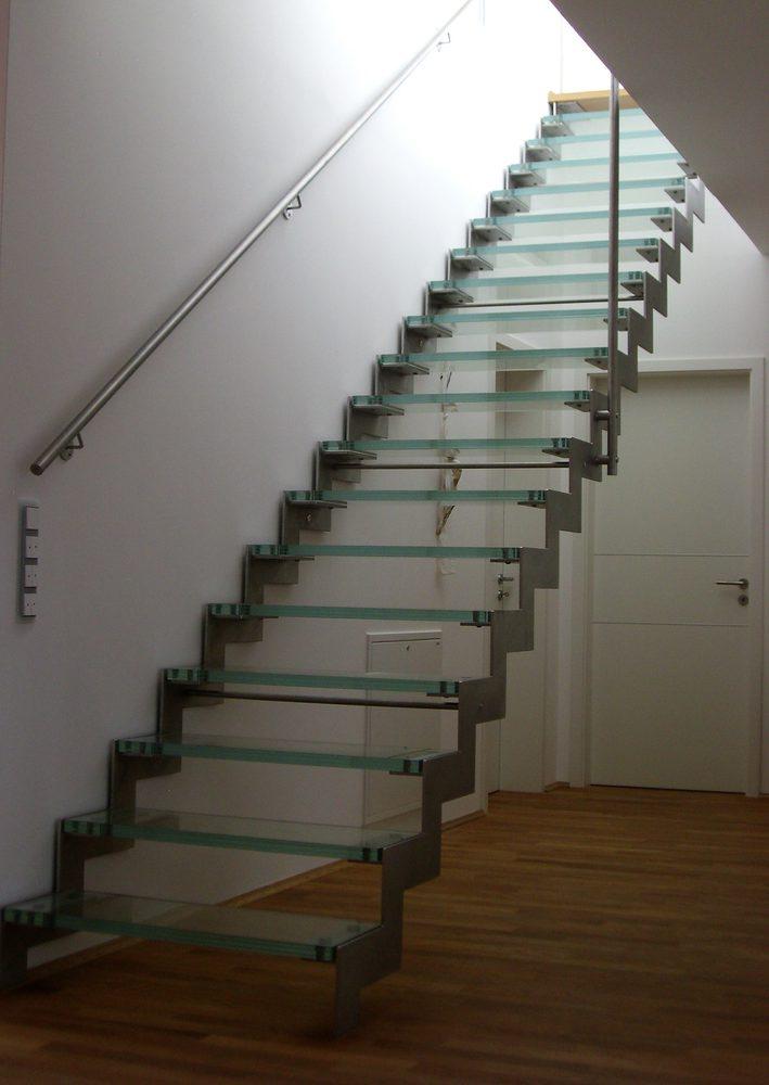 Dettaglio laterale -scala di design a giorno in vetro e metallo fissata a muro