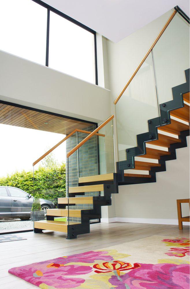 Scala di design su misura in ferro, legno e vetro