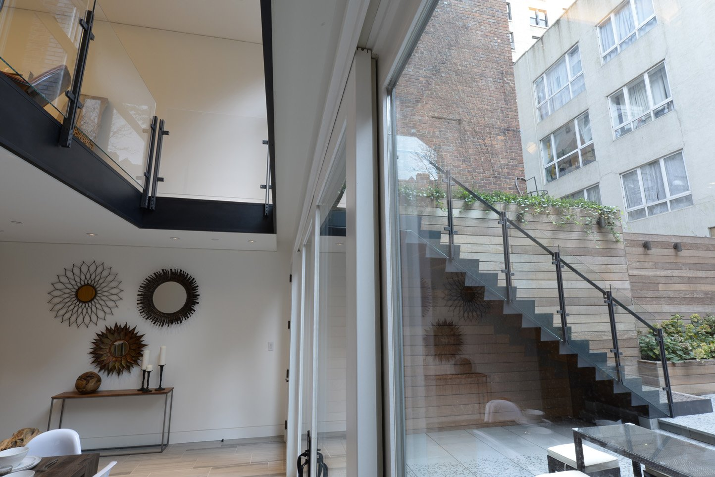 scale interne in ferro naturale al carbonio e gradini in rovere spazzolato e oliato dal design essenziale e ricercato al tempo stesso.
