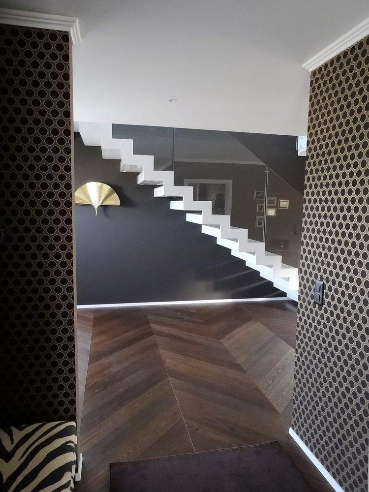 Particolare scala scatolata bianca di design per interni
