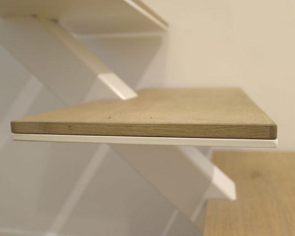 scala monotrave è il modello più semplice e funzionale. Per questo progetto lo abbiamo rivisitato in chiave minimalista con la scomparsa di ogni elemento di fissaggio.