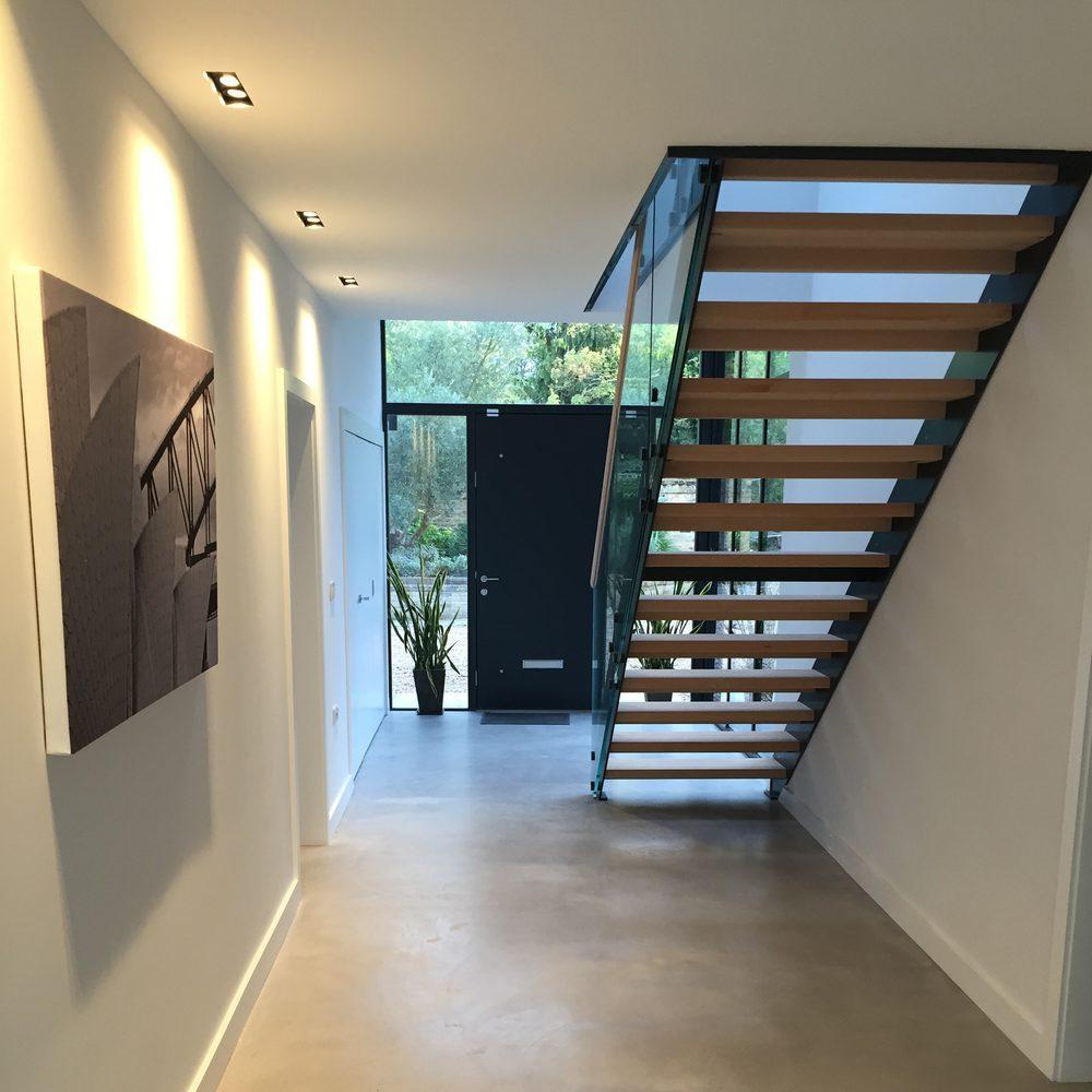 Installazione scala a giorno in legno metallo e vetro