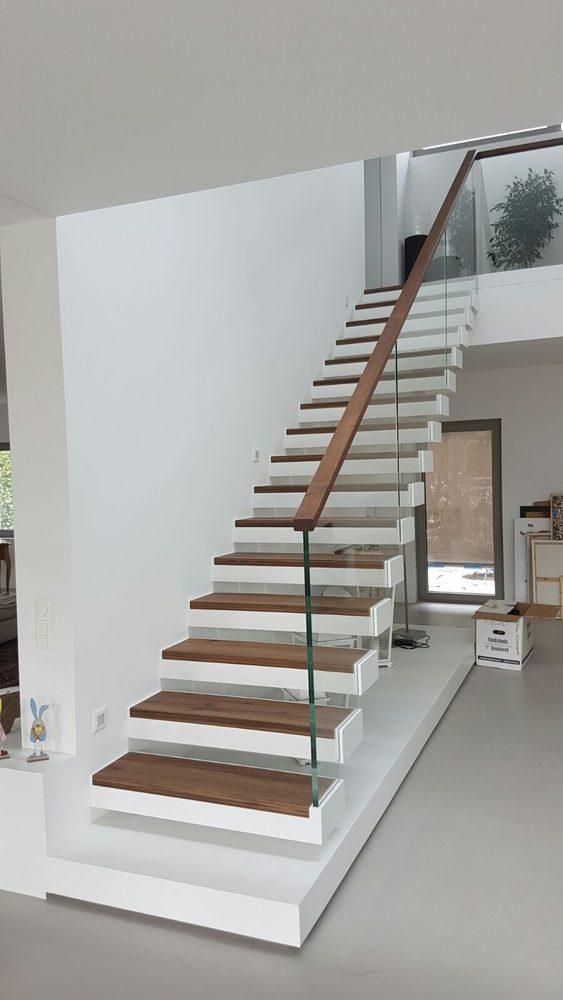 Dettaglio gradinata scala a giorno in ferro e legno di noce per residenza privata ad Ascona