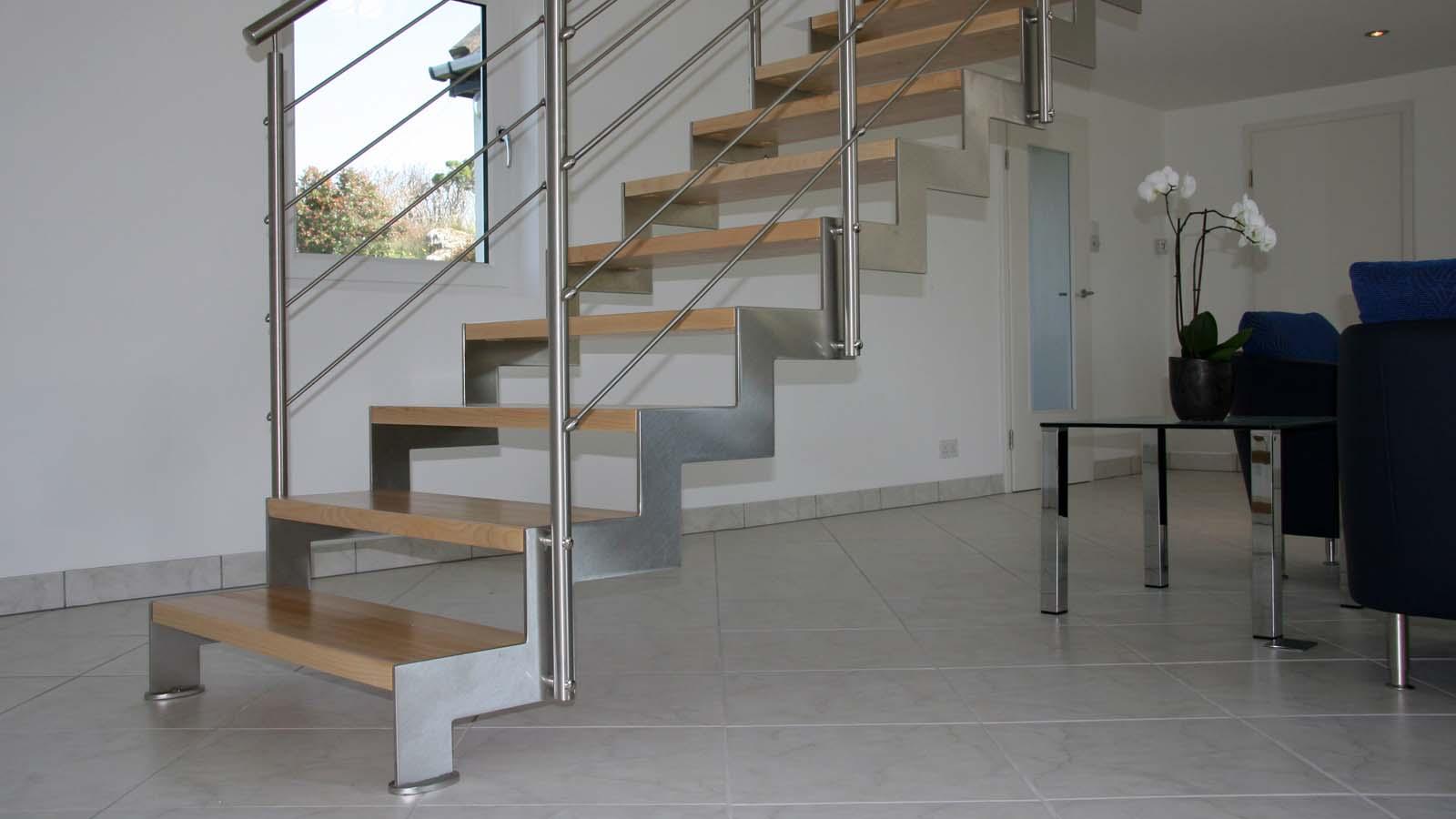Vista dal basso scala di design in legno e metallo con ringhiera