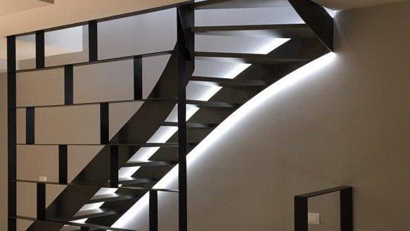 Scala nera in metallo a giorno con illuminazione