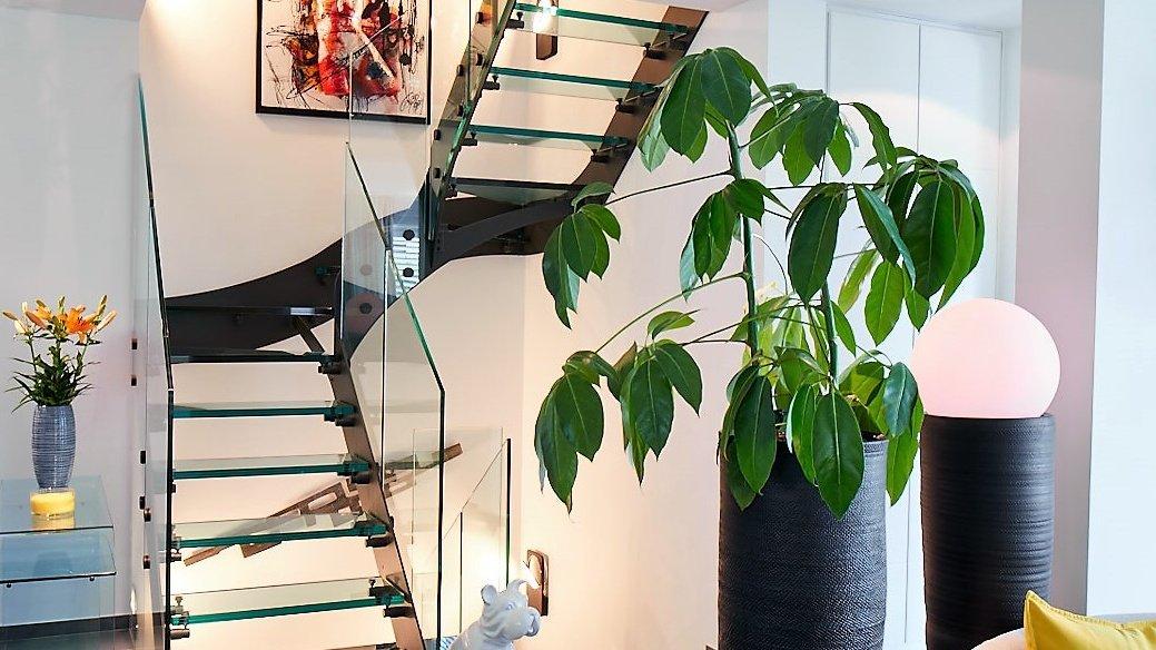 Scala di design in vetro e metallo con balaustra in vetro